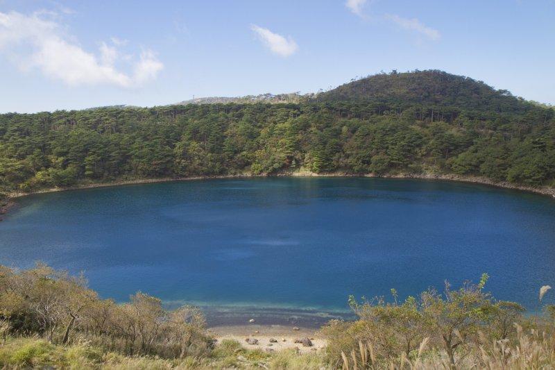 뒤뜰에 시라토리산과 함께 따뜻하고 화창한 날에 후도 연못