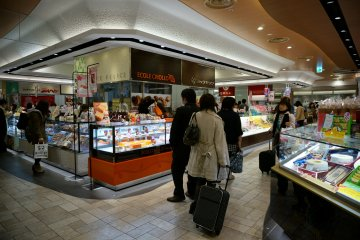 <p>มีบริเวณขายอาหารกล่องและขนมเพื่อให้ซื้อไปกินบนรถไฟ สนุกกับการเลือกมาก</p>
