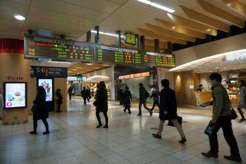<p>สถานีใหญ่จะมีป้ายบอกขบวนและเวลารถไฟเหมือนสนามบินเลย</p>