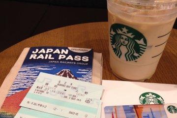 <p>หลังจองตั๋วรถไฟจะได้ใบจองสีเขียวที่ระบุตู้และที่นั่งมาใช้คู่ JR Rail Pass มานั่งฉลองที่ Starbucks ในสถานี Ueno เสียหน่อย</p>