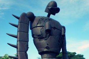 หุ่นยักษ์จากเรื่อง Laputa-Castle in the Sky บนชั้นดาดฟ้า