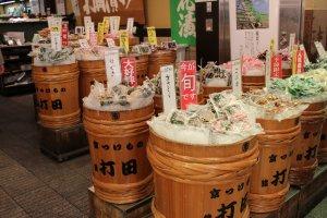 打田京漬物店。樽でのディスプレイが購買欲をそそる