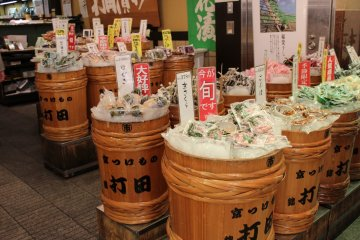 <p>우치다교토츠케모노점. 나무통에 디스플레이 되어 있는 것이 구매욕을 자극합니다.</p>