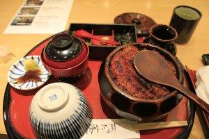 ข้าวหน้าปลาไหลหรือเมนู Hitsumabushi eel เมนูขึ้นชื่อของนาโกย่า เสิร์ฟมาในถ้วยไม้ตามสไตล์ของร้าน Horaiken