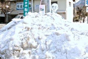 เณรน้อยบางองค์ก็ถูกฝังอยู่ในหิมะช่วงฤดูหนาว