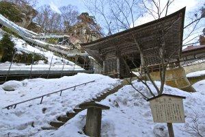 ประตูไนโอมอน(Niomon Gate) หนึ่งในวิหารเก่าแก่อันสวยงามที่โอบล้อมไปด้วยบรรยากาศแห่งขุนเขา
