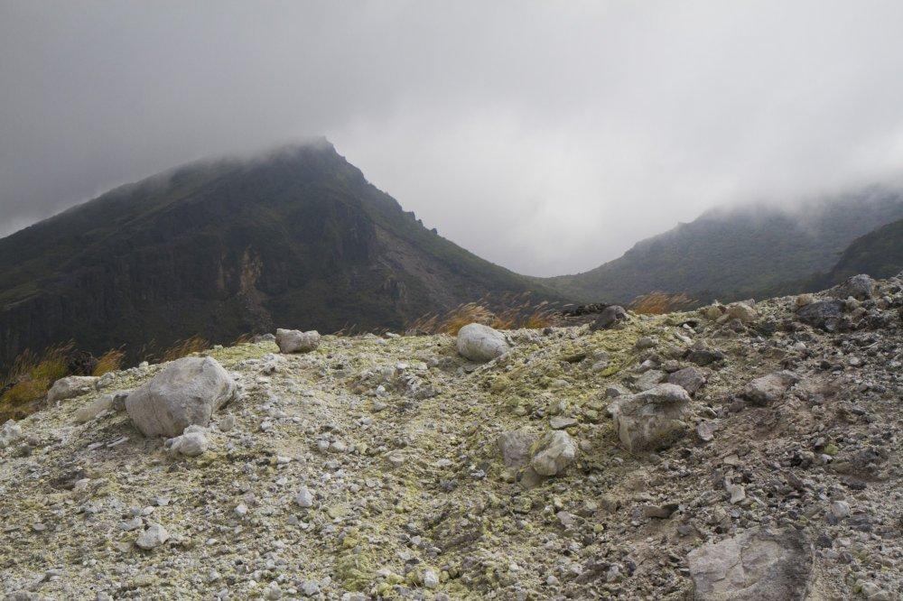 垂れ込める雲の中威容を現す韓国岳