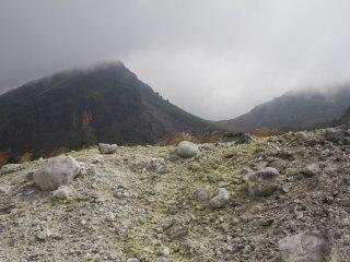 Le Mont Karakuni apparaît derrière les nuages
