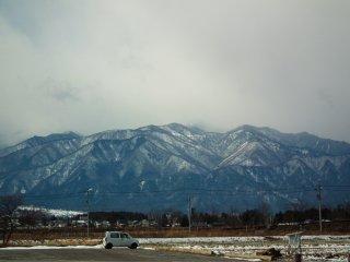 เทือกเขาสูงรายล้อมเมือง