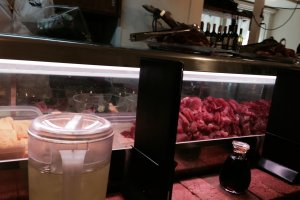 Une vitrine alléchante de sashimis ultra-frais, prêts à être dévorés!