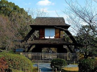 楼門造りの山門(傍花閣、ぼうかかく)