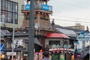เมื่อคุณพบกับ Tourist Information Center ให้คุณกลับหลังหัน มองไปเยื้องซ้ายคุณจะพบกับOtaru Denuki Koji Alley ดังในรูปครับ ให้ข้ามถนนมาเลย
