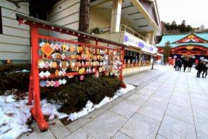ป้ายขอพรบริเวณทางเข้าส่วนหนึ่งของศาลเจ้าโกโคขุ(Gokoku Shrine)