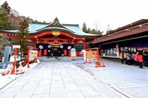 ศาลเจ้าโกโคขุ(Gokoku Shrine) ที่อยู่บริเวณทางเข้า ก่อนจะเข้าไปยังบริเวณรูปปั้นของดาเตะ มาซะมุเนะ
