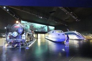 ห้องพิพิธภัณฑ์แรกสุดจัดแสดงรถไฟรุ่น C62, 300X และ MLX01-1 ซึ่งเป็นรถไฟแมกเลฟตามลำดับ