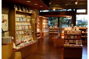 ร้านของพิพิธภัณฑ์ จำหน่ายผลิตภัณฑ์ลายภาพวาดสีน้ำของจิฮิโระ เช่น หนังสือเด็ก หนังสือรวมภาพ ภาพวาด ปฏิทินตั้งโต๊ะ กระเป๋า โปสการ์ด ฯลฯ เหมาะสำหรับซื้อเป็นของฝาก