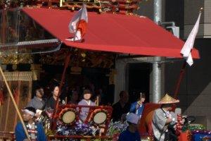 ดูกันชัดๆ กับขบวนแห่มิโคะชิ สัญลักษณ์แห่งงานเทศกาลแบบชินโต