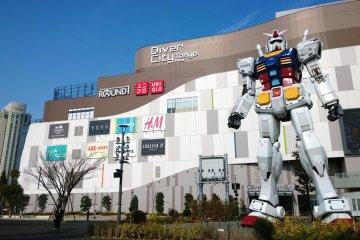 <p>โฉมหน้ายักษ์ใหญ่ &gt; Real-G กันดั้มแห่งโลกความเป็นจริงที่ถอดแบบมาจากรุ่นดัง&nbsp;GUNDAM RX-78-2 ในสเกล 1 : 1 มันถูกสร้างขึ้นในวาระฉลองครบรอบ 30 ปีแห่งการ์ตูนอมตะชื่อดังอย่าง Gundam นั่นเอง ปัจจุบันตั้งเด่นเป็นสง่าอยู่ที่บริเวณหน้าห้าง&nbsp;DiverCity Tokyo Plaza แห่งเกาะโอไดบะ ตั้งแต่ปี ค.ศ.2012 เป็นต้นมา แล้วมันก็กลายเป็นแลนด์มาร์กสำคัญที่โด่งดังไปทั่วโลกอีกครั้ง</p>