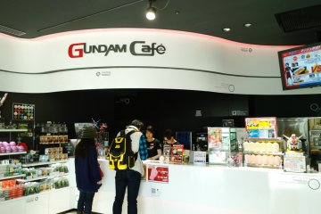 <p>พักกับยักษ์ &gt; อย่าลืมแวะ Gundam Cafe โซนพักผ่อนที่มีขายตั้งแต่ขนมอร่อยๆ, ของที่ระลึกเก๋ๆ, ไปจนถึงแก้วโปรดยอดนิยมอย่าง Gundam Latte ที่ชวนจิบทีเดียว</p>