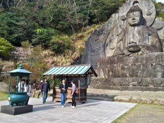 The 31-meter-tall seated image of Yakushi Nyorai, the Buddha of healing and medicine, was created in the late 1700s by master artisan Jingoro Eisei Ono and his many apprentices.