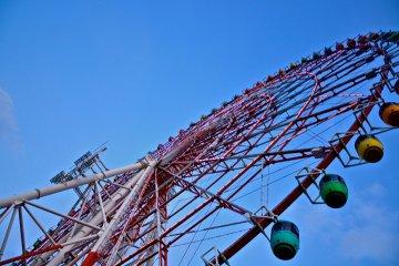 <p>แหงนหน้ามองดู Ferris Wheel หนึ่งในแลนมาร์ค ของโอไดบะ</p>