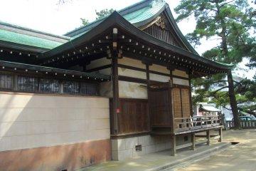 <p>Вид храмового здания со стороны</p>