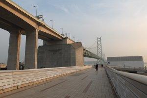 ทางเดินไปยังสวนใต้สะพาน