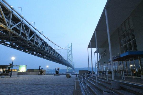 พิพิธภัณฑ์Bridge Exhibition Center ด้านขวาMaiko Marine Promenade ทางด้านซ้าย