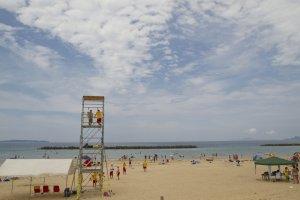新宮海岸には、この辺りでは珍しいライフガードが常駐している