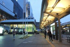 ที่หน้าสถานีเป็นจุดเปลี่ยนรถโดยสารของเมือง