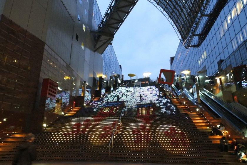 บันไดเปลี่ยนสีเป็นรูปภาพต่างๆที่สถานีรถไฟเกียวโต