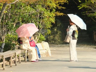 วันหยุดมีคนใส่กิโมโนมาเดินเล่นในสวน