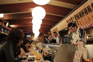 นั่งทานที่บาร์ ดูเชฟทำซูชิแสนอร่อย
