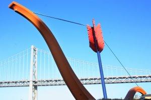 Cupid's Span ผลงานชิ้นแรกที่ทำให้ผมรู้จักพวกเขา ... ซึ่งประติมากรรมนี้เป็นธนูและลูกศรคิวปิดขนาดยักษ์ซึ่งสร้างสรรค์ขึ้นในปี ค.ศ.2002 ตั้งอยู่บริเวณRincon Park ย่าน The Embarcadero เชิงสะพานBay Bridge (San Francisco–Oakland Bay Bridge) อีกหนึ่งสะพานอันโด่งดังในซานฟรานซิสโก รัฐแคลิฟอร์เนีย สหรัฐอเมริกา
