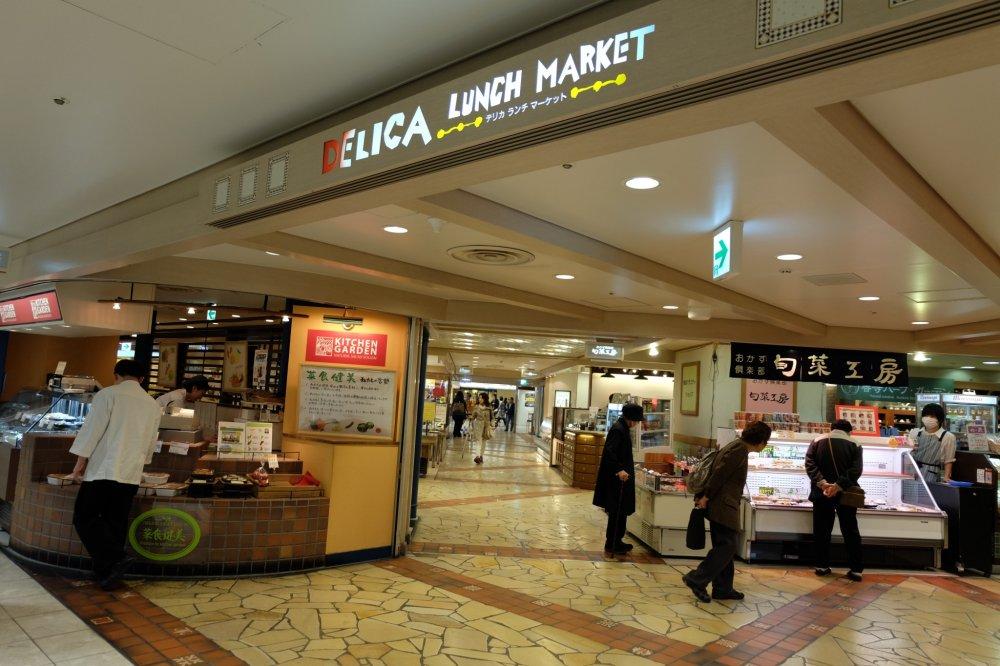ทางเข้า Delica Lunch Market อยู่ชั้นเดียวกับ Gourmet Museum