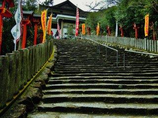 Anak tangga menuju kuil
