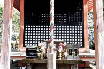 <p>I found this simple, yet beautiful, prayer altar just before the entrance to the temple</p>