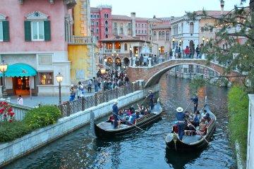 <p>For a romantic option, hop on a Venetian Gondola located at the&nbsp;Mediterranean Harbor.</p>