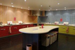 ห้องครัวที่ค่อนข้างกว้างมีอุปกรณ์ทำอาหารอยู่ครบครัน