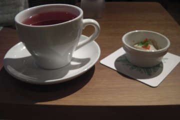 <p>The lunch set includes a drink and a mini dessert</p>