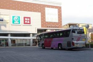 รถบัสที่ให้บริการรับส่งผู้โดยสารไปยังสนามบิน นาริตะหรือสนามบินฮะเนดะ ที่สถานี Tama-Plaza