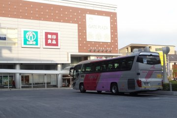 <p>Shuttle bus for the airports at the Tama-Plaza Station</p>