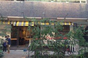 東京メトロ日比谷線の恵比寿駅、もしくはJR恵比寿駅の東口からガーデンプレイスのほうに向かって徒歩10分ほどのところにこのお店はある