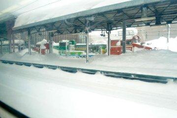 充滿雪的月台