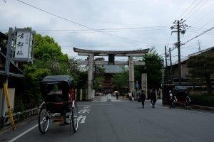 ประตูโทริ ฝั่งตะวันออกของศาลเจ้ายาซากะ ทะลุออกมา เดินอีก 200 เมตร ก็ถึงร้านค่ะ
