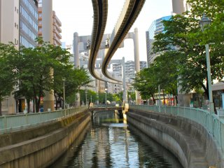 This winding track runs along the canal in Chiba City. Can you imagine what the ride would feel like? There's a slight rock as it freely sways along the 15.2Km distance.