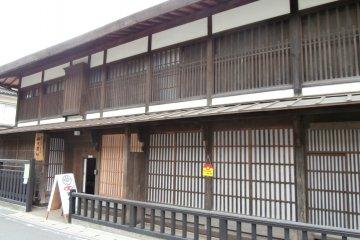 <p>Old houses along the Nakasen-do&nbsp;Road&nbsp;still remain near the Suwa-Taisha Shrine</p>