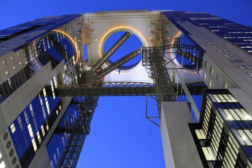 มองจากด้านล่างของตึกเก๋อย่าง Umeda Sky Building