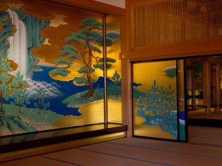 However, getting to the most extravagant rooms finally took my breath away. The paintings are all accurate copies of the originals from the Edo period. They are the quintessence of Japanese beauty.