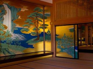 Namun, sampai ke kamar yang paling mewah akhirnya membuat saya menahan napas. Lukisan-lukisan semuanya adalah salinan akurat dari aslinya dari periode Edo. Mereka adalah intisari dari keindahan Jepang.
